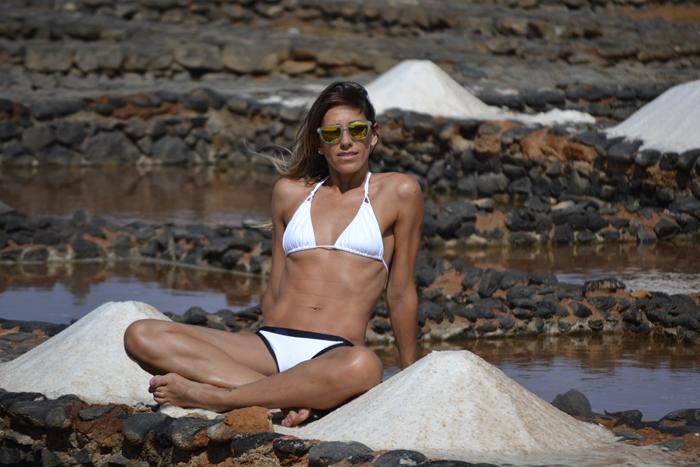 atacadas-swimwear-bikini-salinas-blanco-y-negro-traje-de-baño-el-ganso-gafas-de-espejo