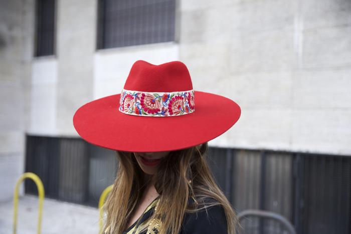 atacadas-milan-fashion-week-zahirmadrid-lacondesa-streetstyle-milan-2017-alicia-bleye-sombrero-rojo